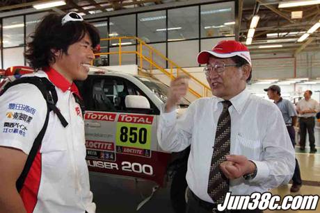 アルゼンチントヨタ・サラテ工場にて、トヨタ車体山岡副社長より激励を受ける三橋
